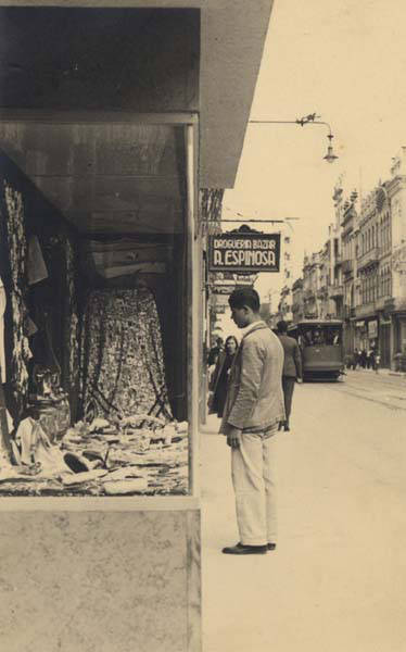 Observando escaparates en la Calle Mayor de Triana. 1945